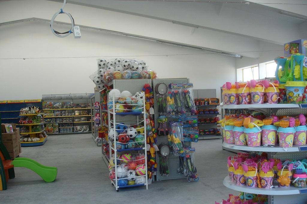 Магазин за играчки със склад - двускатно метално хале