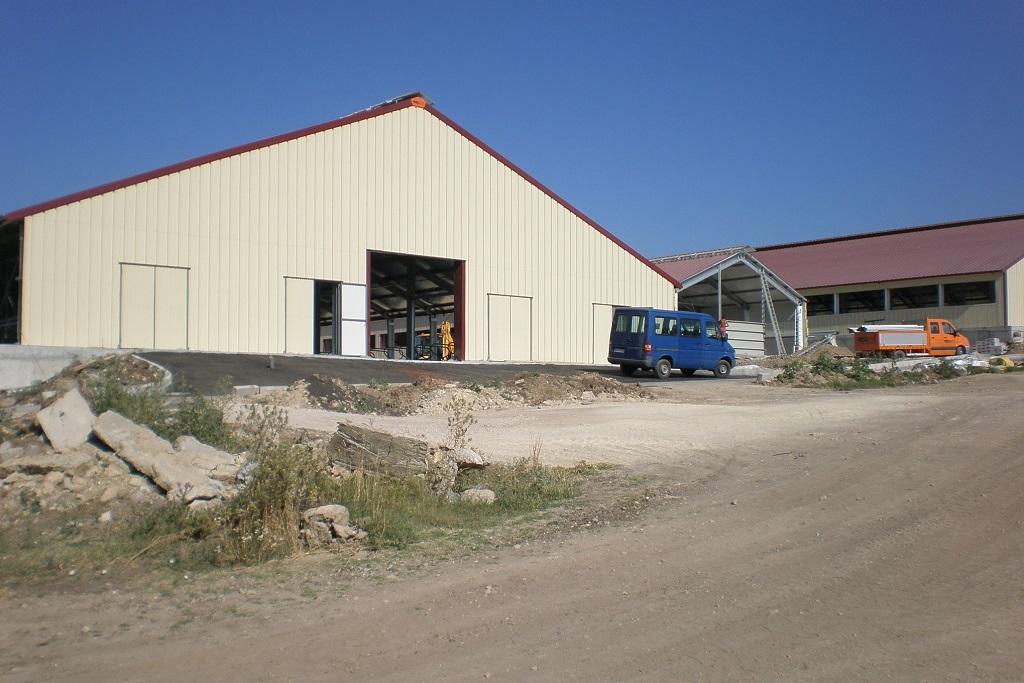 Животновъдна ферма, сгради със стоманена конструкция и двускатни покриви