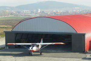 Хангар за самолети с широки врати на летището в Сливница