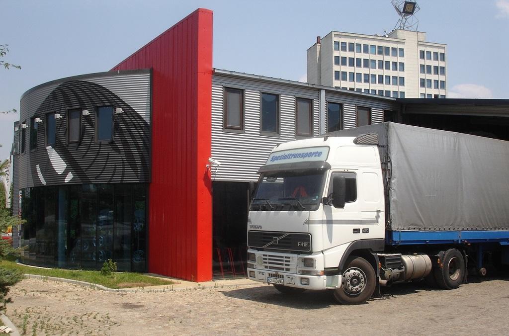 Стоманена сграда с офис на втори етаж и две складови халета